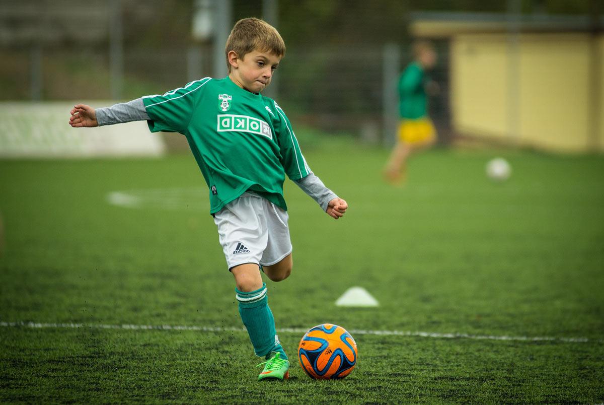 futbol-s-rebenkom Как привить ребенку любовь к спорту? физическое развитие спорт семья семейная зарядка мотивация здоровье детям