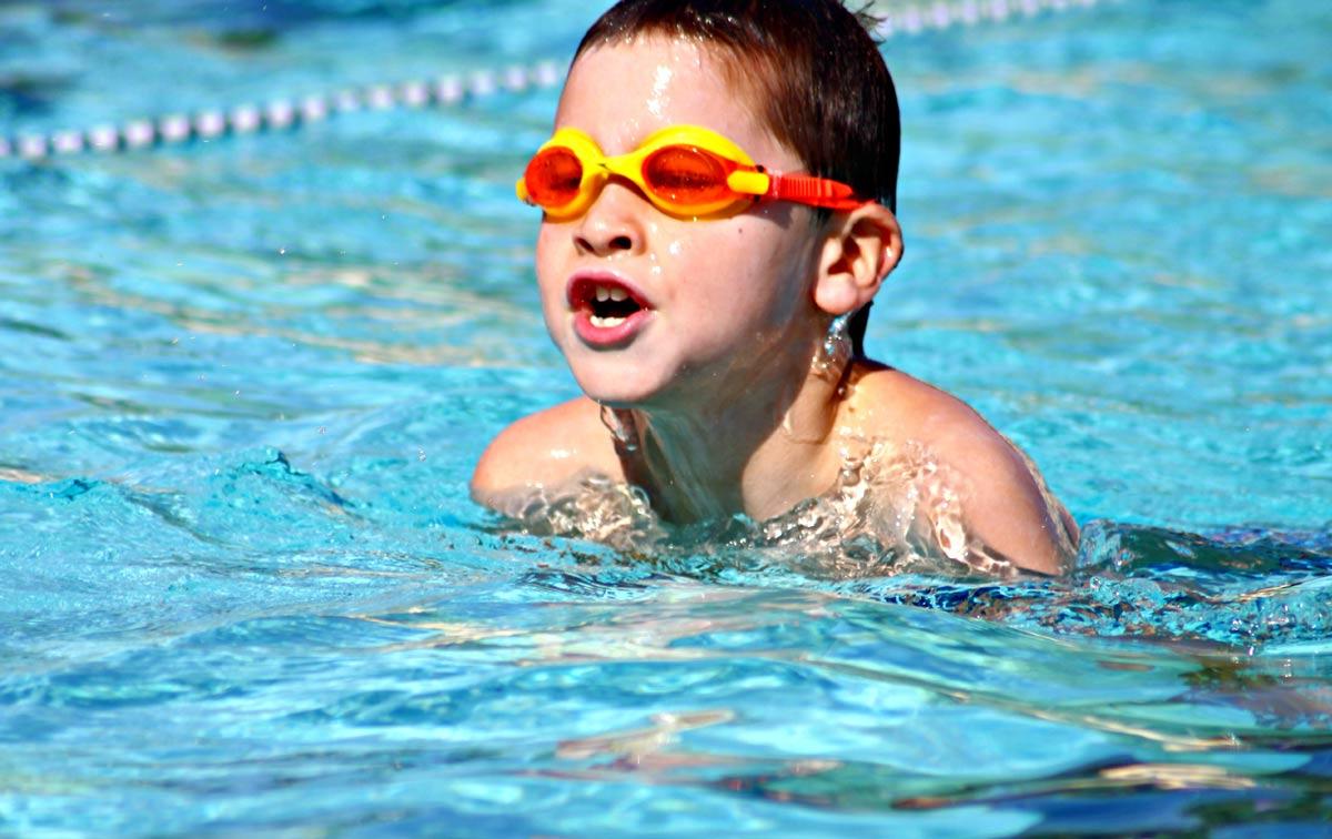 rebenok-plavane Как привить ребенку любовь к спорту? физическое развитие спорт семья семейная зарядка мотивация здоровье детям
